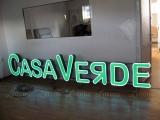 casa_verde_litere_luminoase