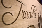 placa firma gravata in lemn