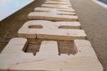 detaliu litere volumetrice lemn brad